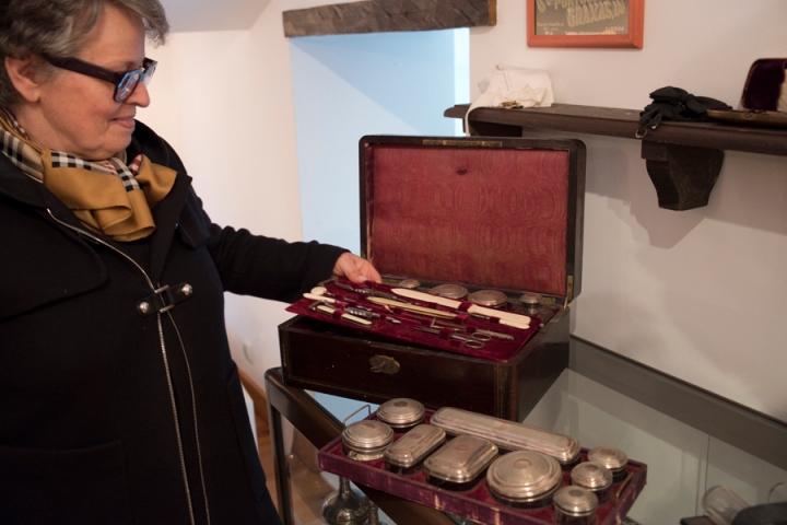 Ana Pires com alguns objectos da Casa Quinhentista