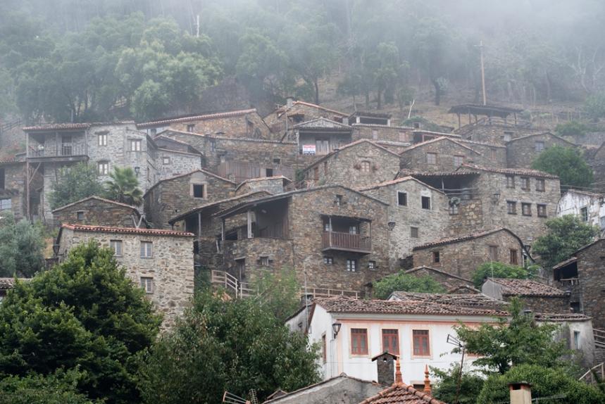 A aldeia estende-se em socalcos até ao alto da encosta