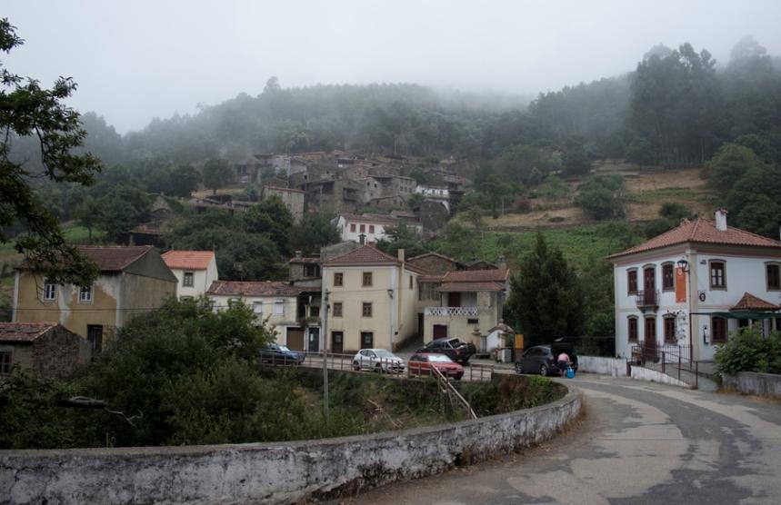 A estrada e as casas rebocadas construidas pelos emigrantes