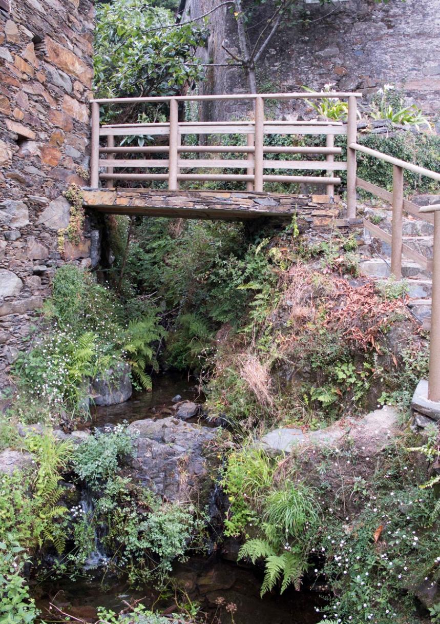 A aldeia é atravessada por três linhas de água