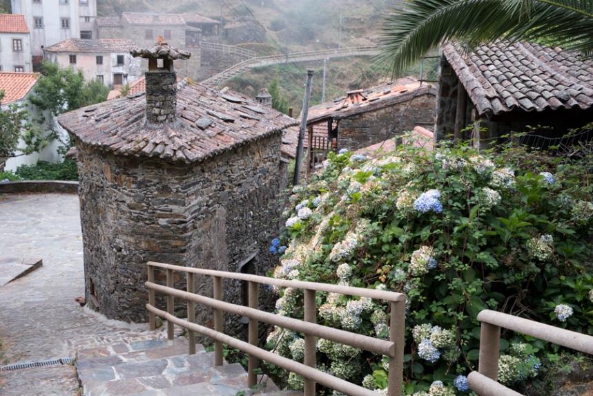 A aldeia está muito bem cuidada e a maior parte das casas foram reabilitadas
