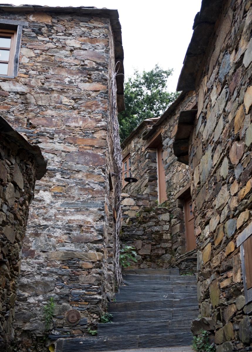 A escadaria que estrutura a aldeia e contorna as casas
