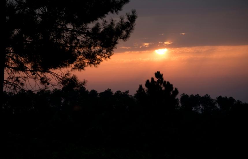 Consegue-se ver um bonito pôr do sol no alto da serra