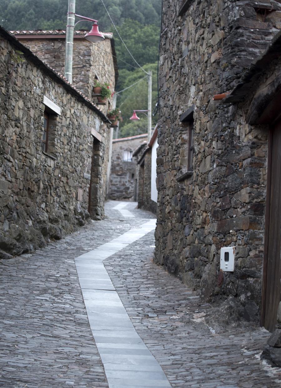 Quase todas as casas foram reconstruídas e a aldeia tem os equipamentos essenciais