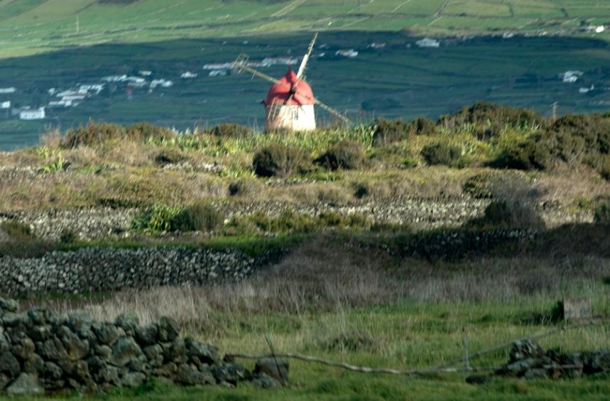O vermelho da cúpula destaca-se entre o verde dos pastos e das encostas