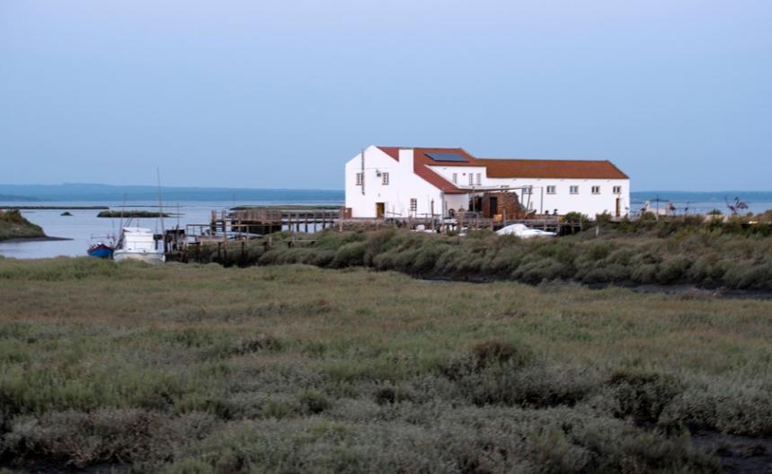 Vista do moinho e da herdade junto ao estuário