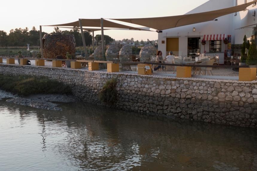 O moinho tem uma esplanada que permite contemplar a paisagem e tirar partido do ambiente calmo e natural.