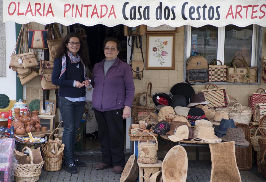 Isabel Pinheiro com a mãe, dona da loja de artesanato