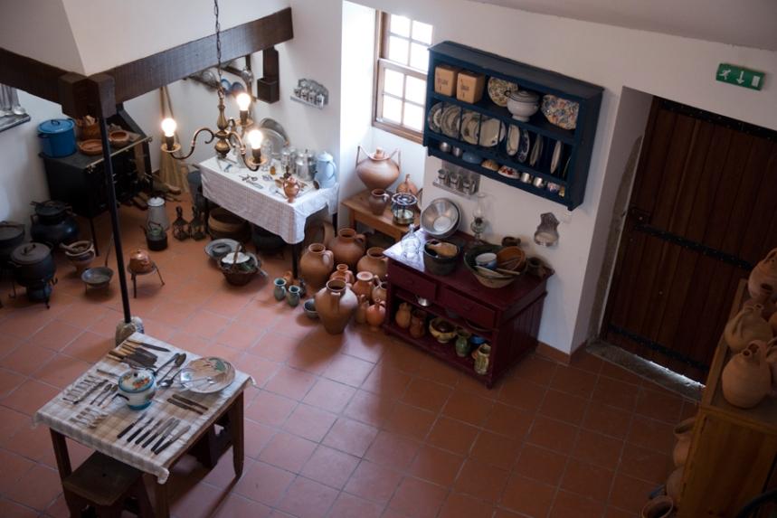 Uma das salas com objectos de uma casa local