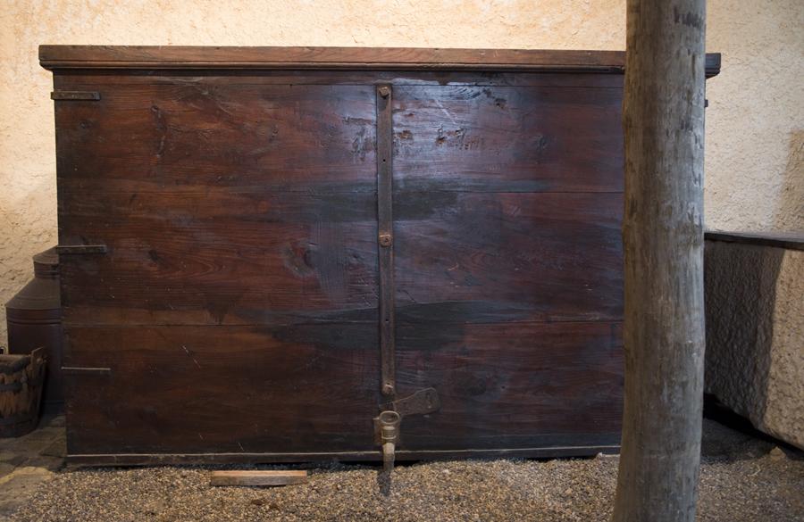 Um dos arcões de madeira