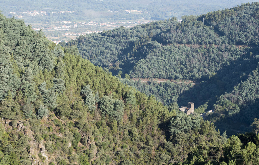 Vista para o castelo da Lousã que se encontra num vale