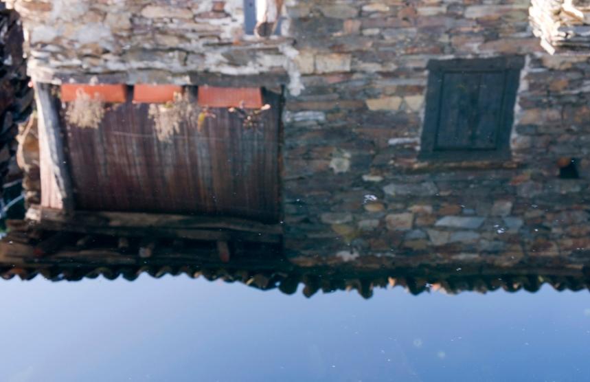 A fonte e o tanque com água depois da eira