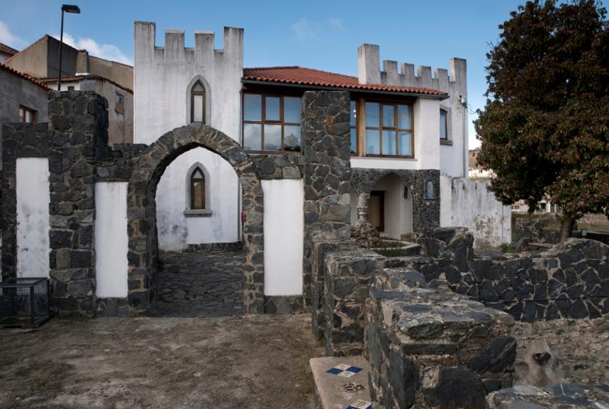 Edificio e muralhas - vista do jardim