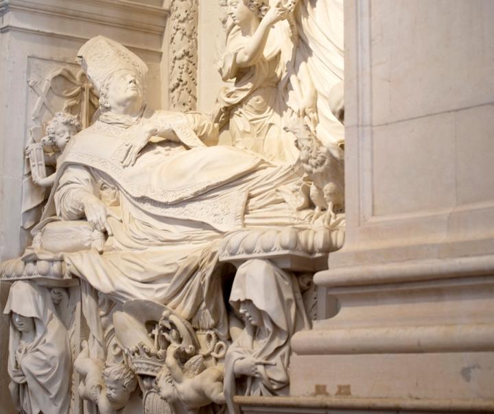 Onde estão os restos mortais do bispo que mandou construir a capela