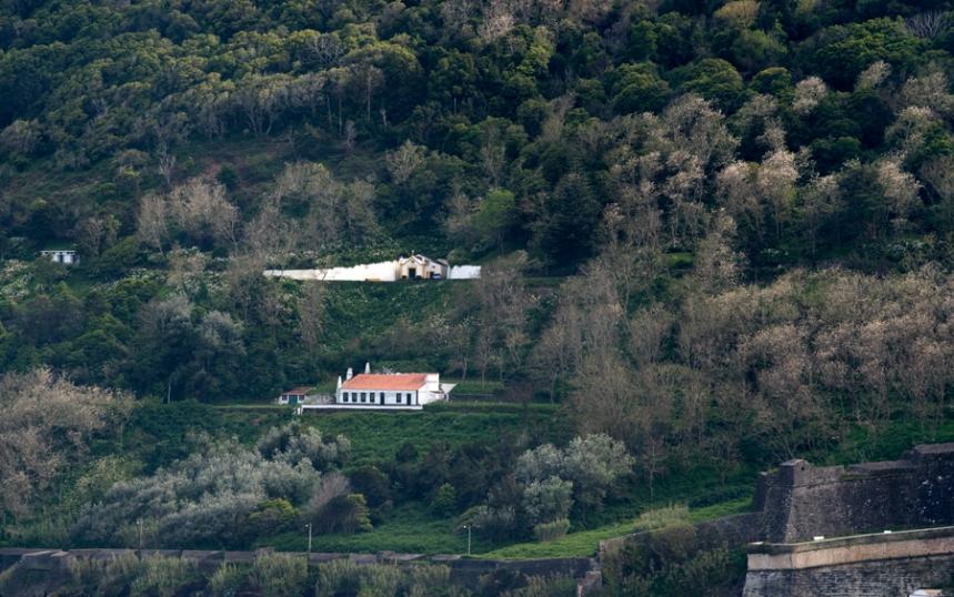 Pequenas construções civis, religiosas e militares no Monte Brasil. Há também caminhos para passear a pé ou de carro