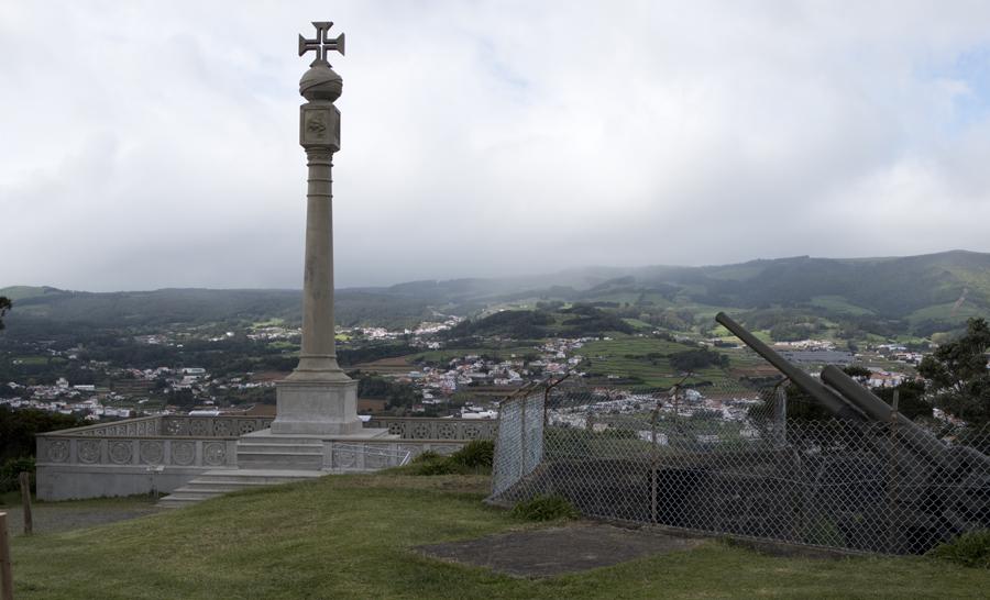 Pico das Cruzinhas no alto do Monte Brasil e as anti-aéreas