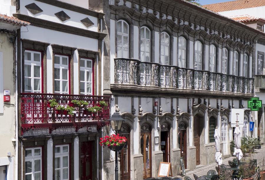 As varandas trabalhadas a ferro no centro histórico