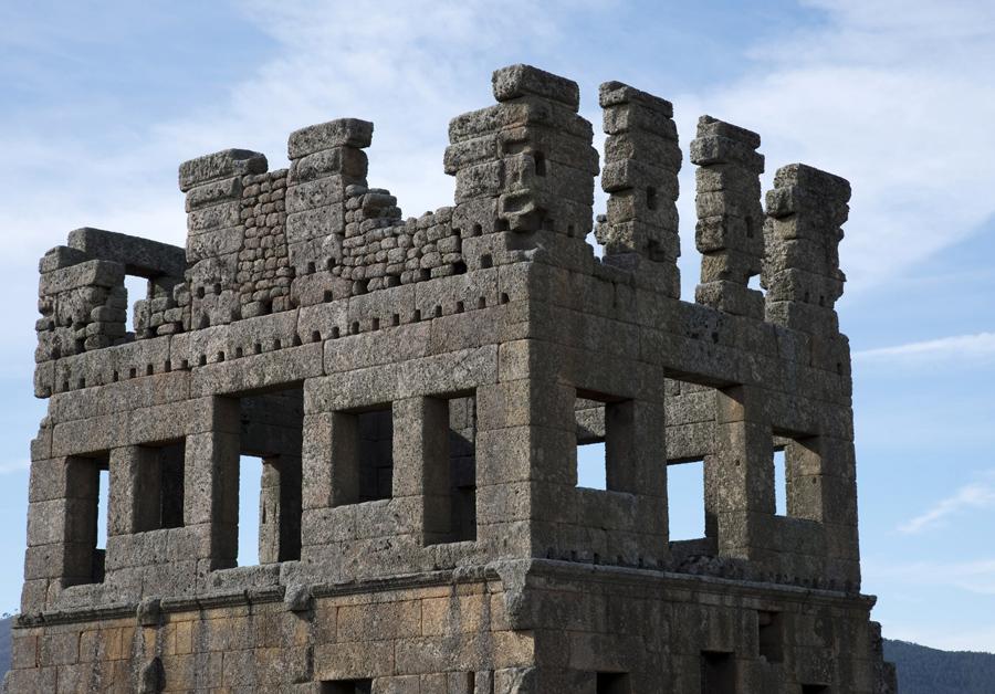 O terceiro piso da torre é posterior