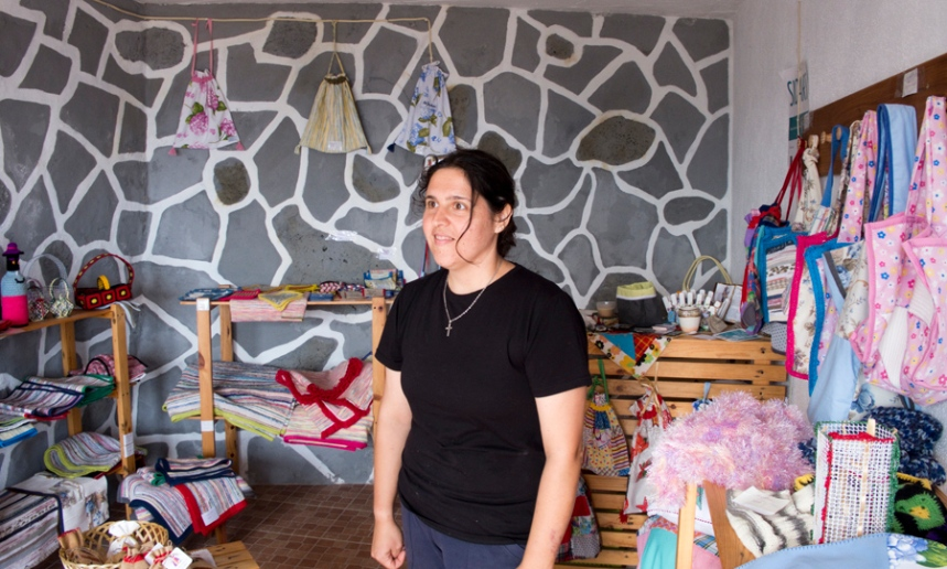 Paula Azevedo na sua oficina na Fajã dos Vimes
