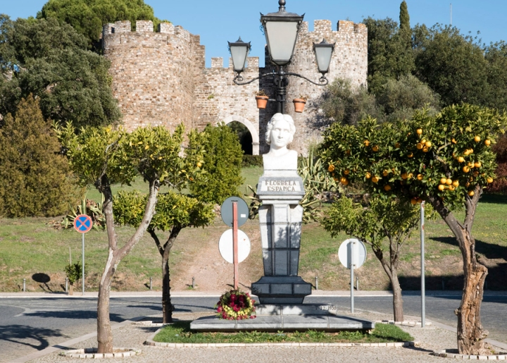 Busto de Florbela Espanca junto à entrada para o castelo