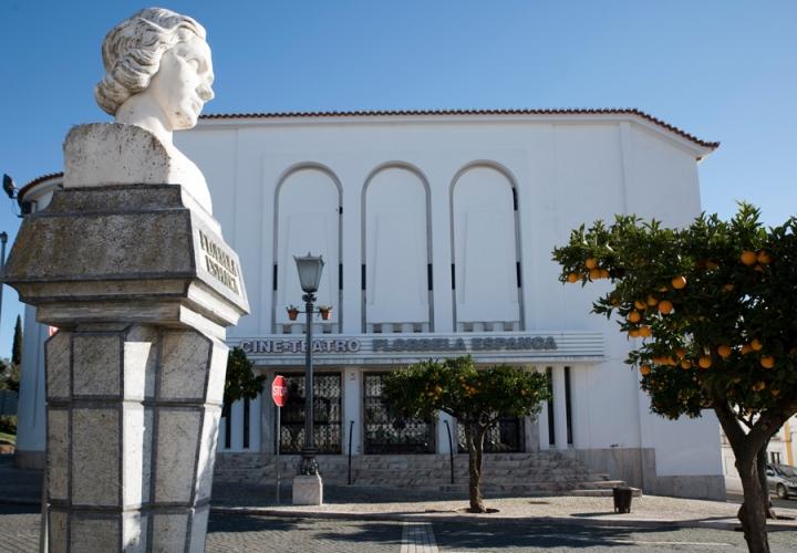 O busto e o cine-teatro Florbela Espanca