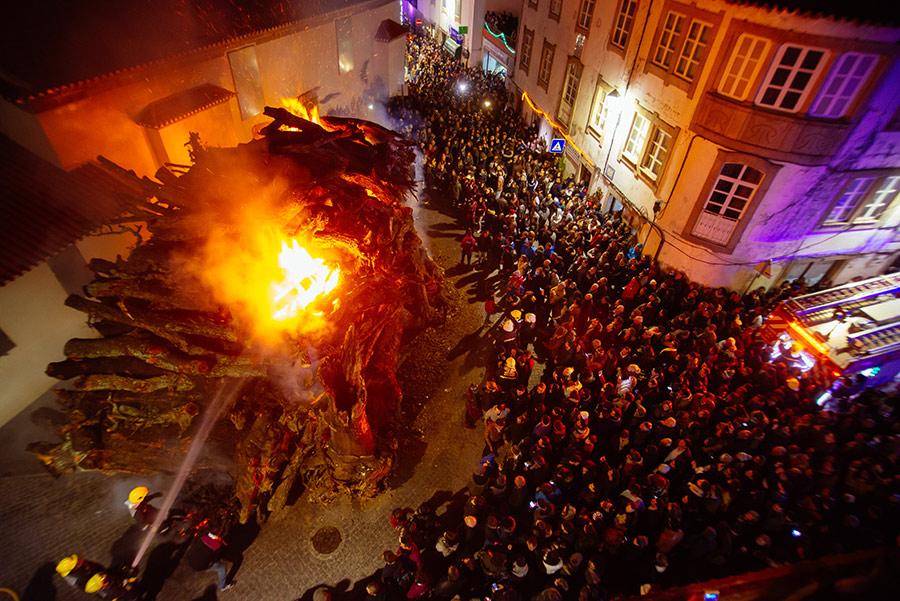 A festa do madeiro na noite de 23 para 24 de Dezembro ©CMPenamcor