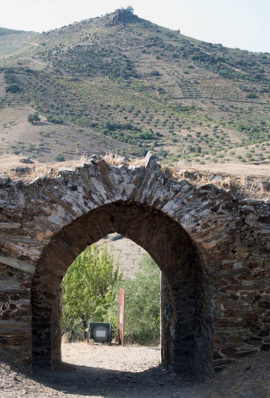 A entrada do castelo e ao longe o Miradouro do Anjo São Gabriel
