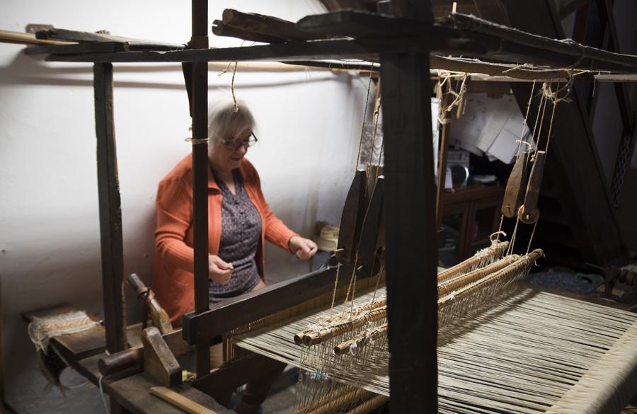 Maria Helena a trabalhar num tear