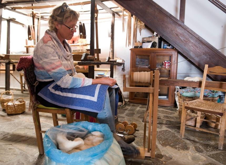 Holandesa a fiar a lã