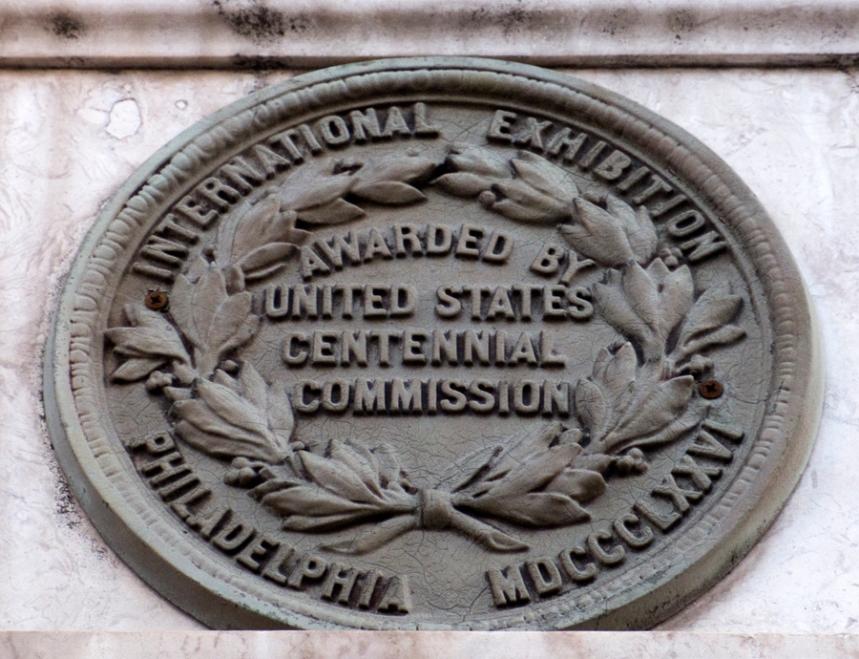 A reprodução na parede exterior do edificio de um dos prémios internacionais