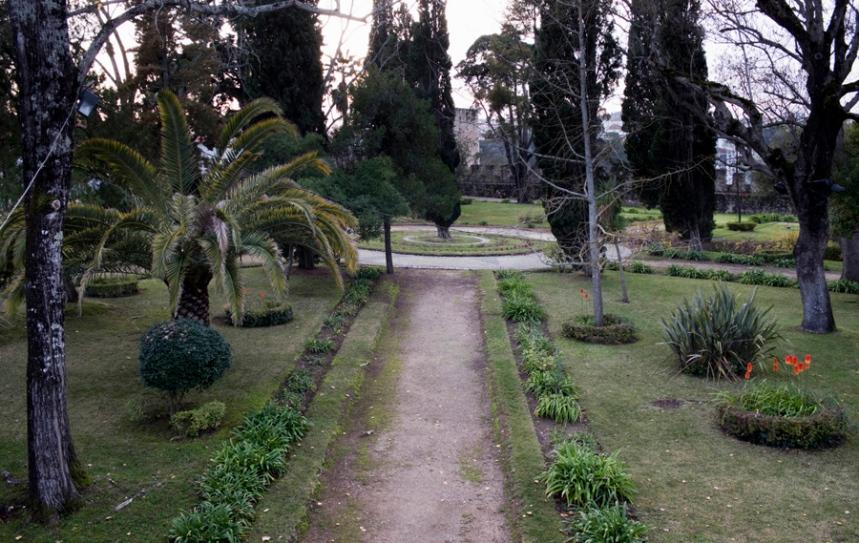 O jardim ocupa quase toda a área central