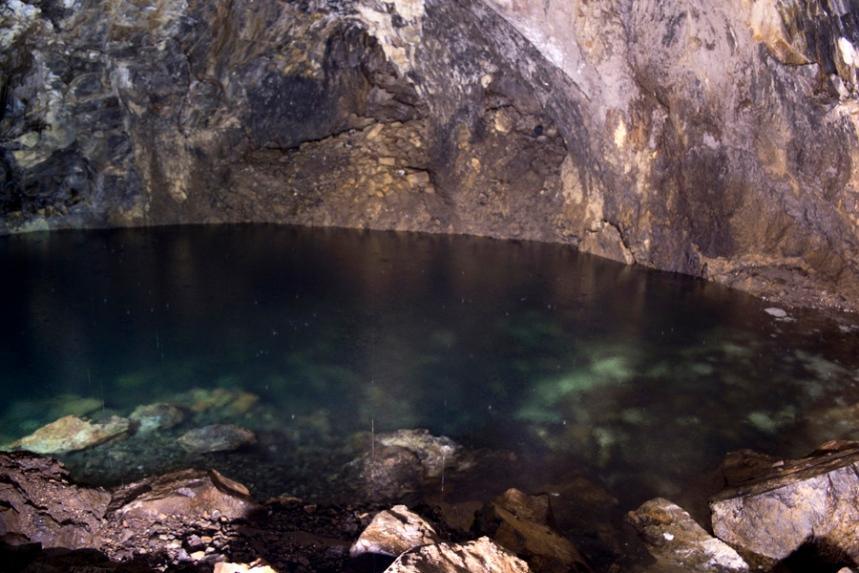 A lagoa marca o final da descida. A água é da chuva
