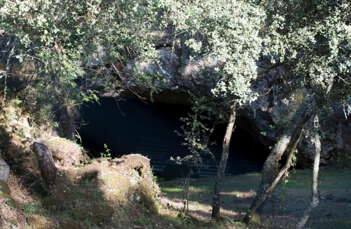 A gruta está rodeada de muita vegetação