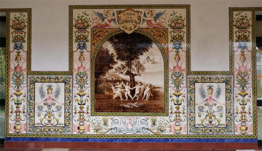 Painel de azulejos na Casa da Criança de Castanheira de Pera