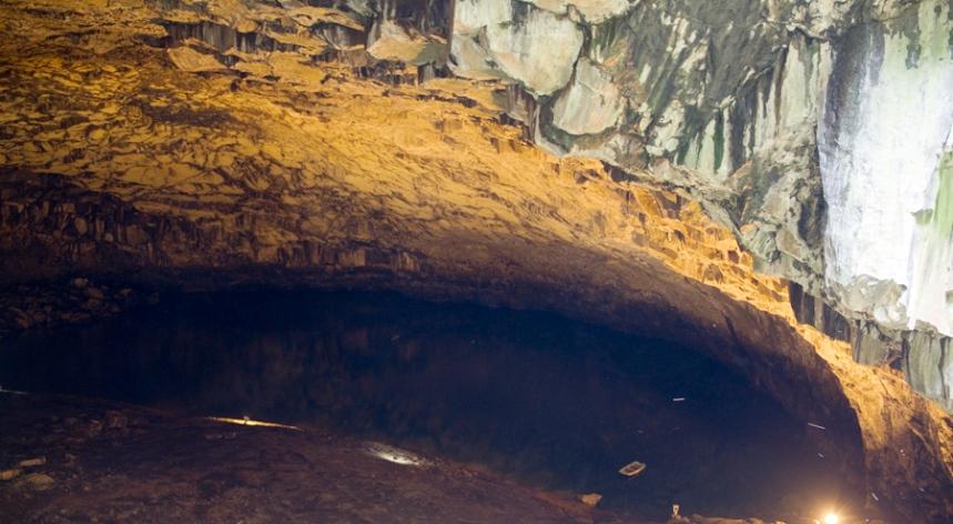 Lagoa no interior da gruta