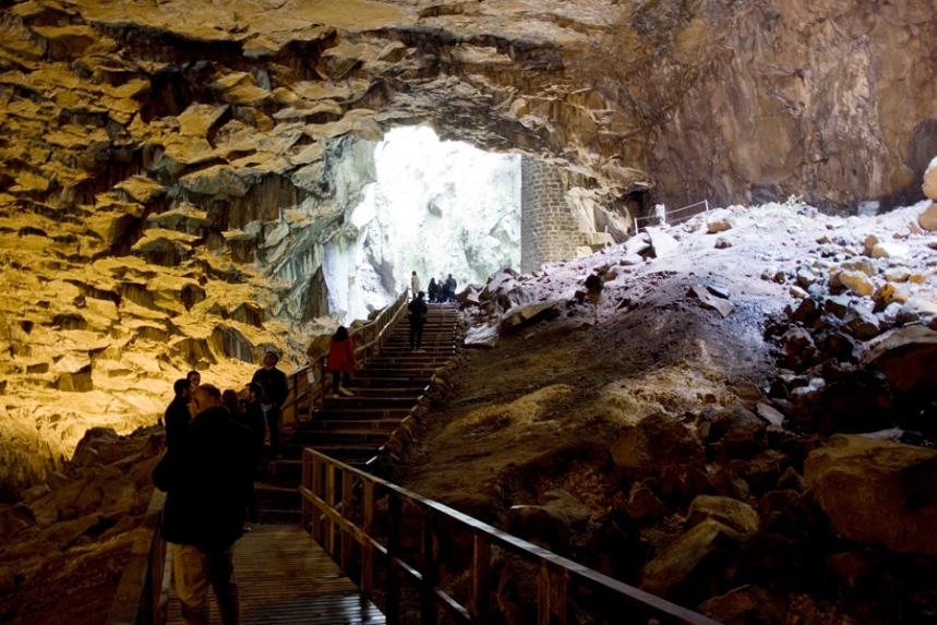 Um passadiço atravessa a gruta
