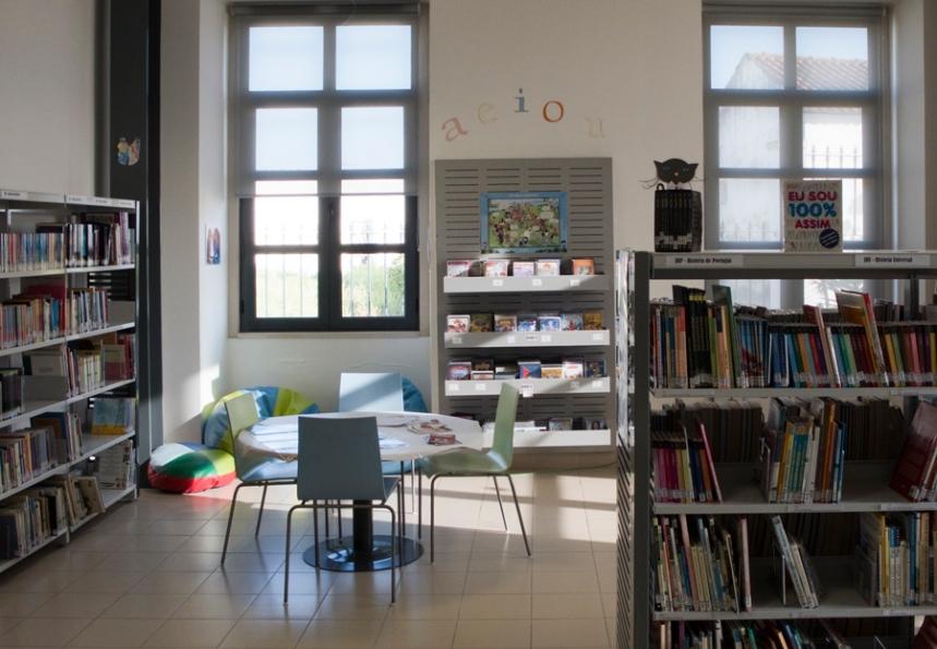 No interior da antiga escola Grandella funciona uma biblioteca