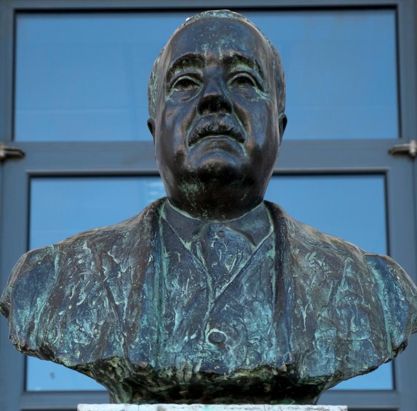 Busto de Grandella que está na entrada da escola