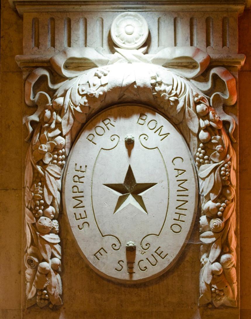 O lema ainda se encontra na fachada dos antigos Armazéns Grandella em Lisboa