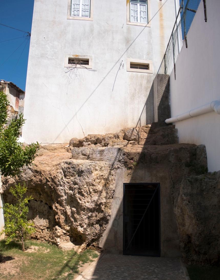 A antiga entrada da gruta suporta um edifício de vários andares