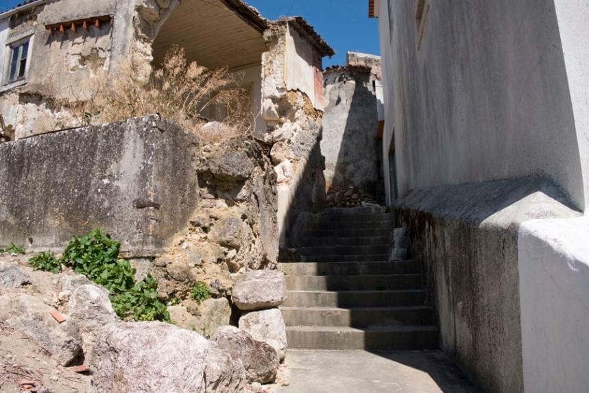 Ruas muito estreitas. Nas casas mais antigas pode-se ver o material de construção que foi retirado da gruta