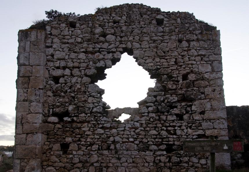 Uma das paredes, próximo da estrada