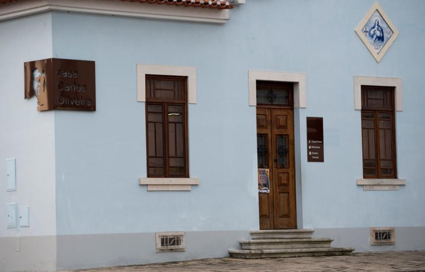 A casa fica no largo principal de Febres