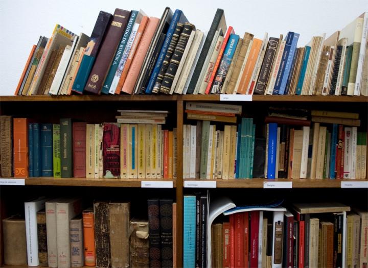 Livros que estão numa pequena sala da Casa Carlos de Oliveira