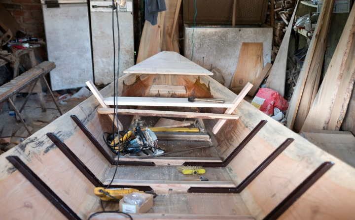 Barco de três tábuas em construção na oficina de José Alberto