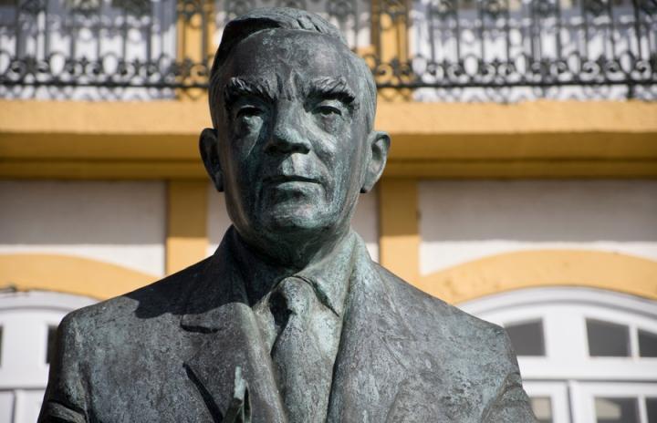 Busto de Vitorino Nemésio em frente da Casa da Tias