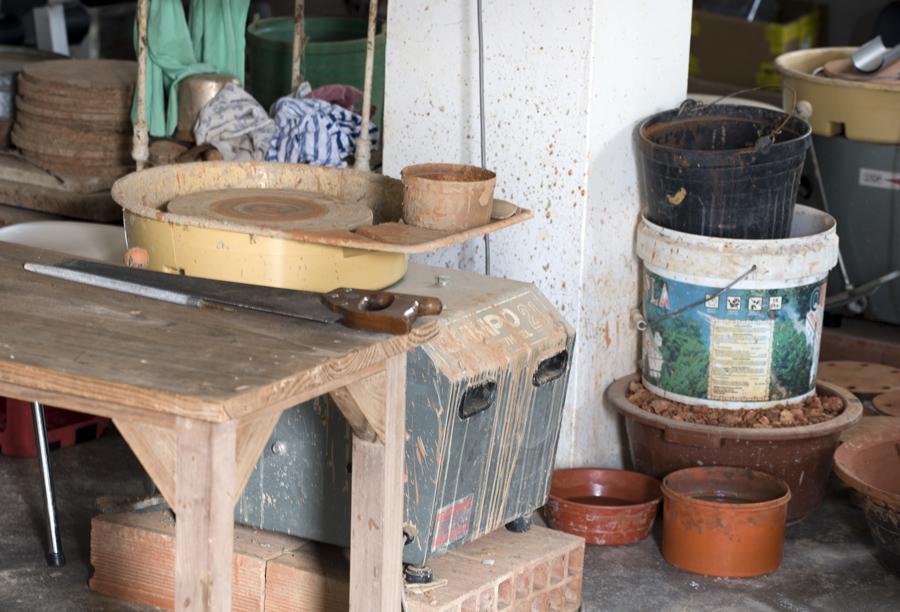 Olaria onde o barro é trabalhado e a roda de oleiro