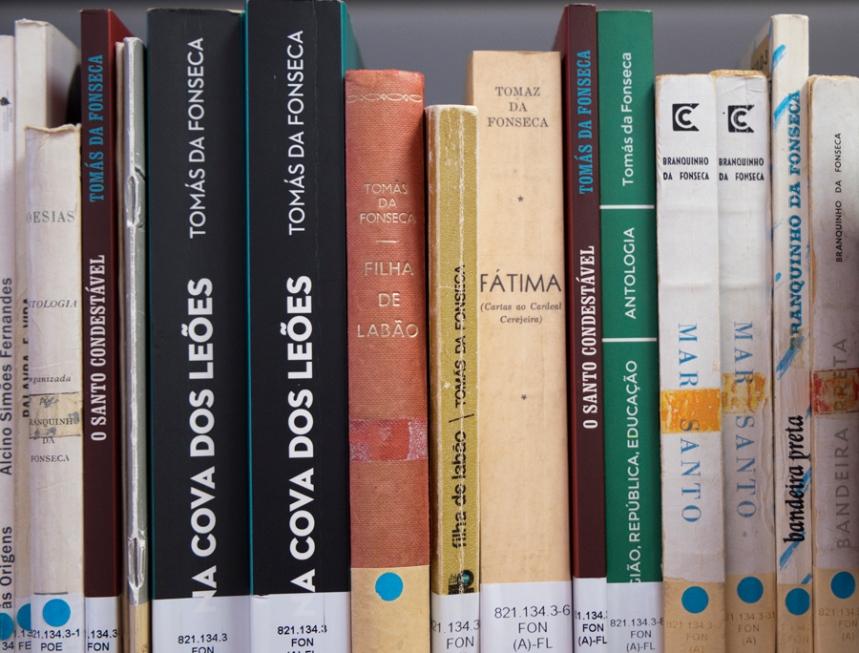 Livros de Tomás da Fonseca na biblioteca com o seu nome