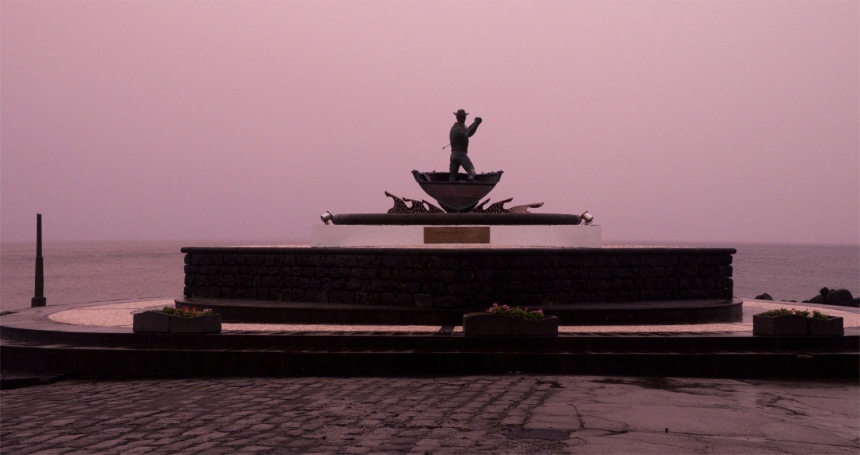 Monumento dedicado aos baleeiros no exterior da fábrica em frente ao mar