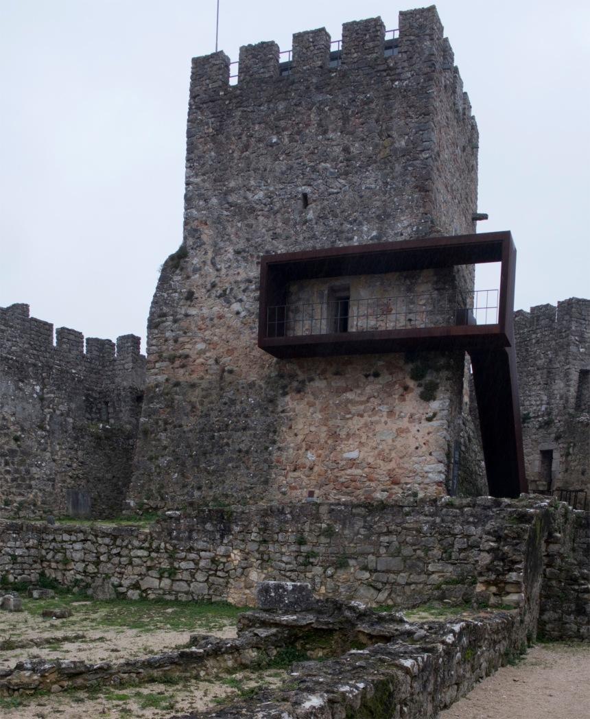Torre com acesso por escada